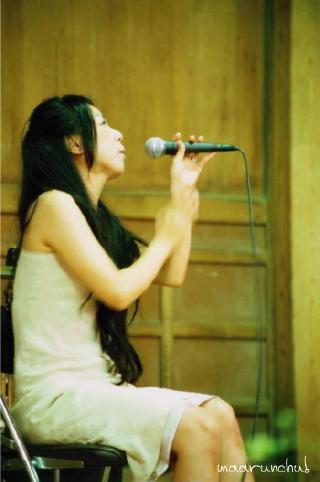 歌い上げるジャズシンガー