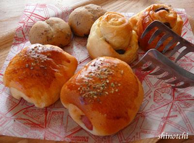 手作りパン(ウィンナーロール、チョコレートパン、玉砂糖とレーズンのパン)