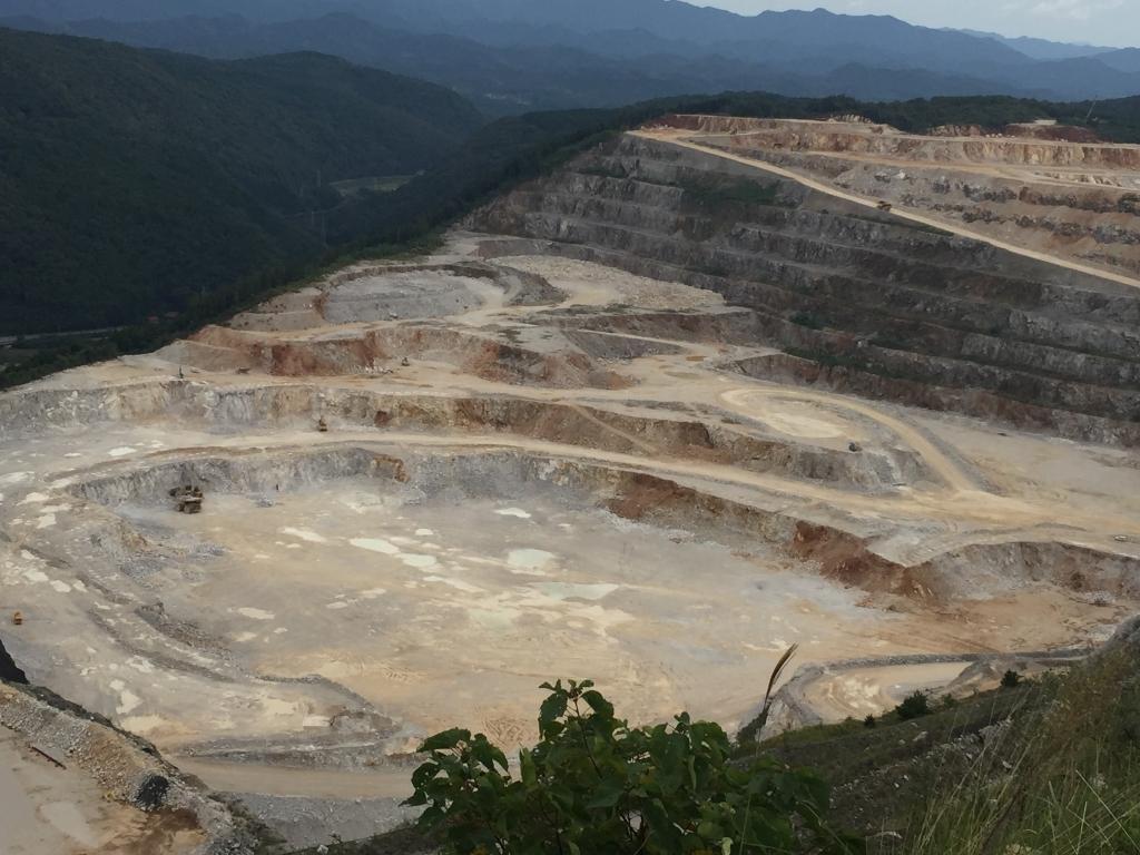 秋芳鉱山全景