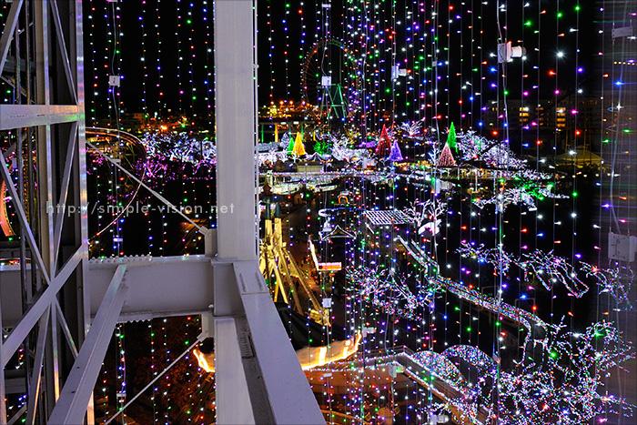 よみうりランド「ジュエリー・タワー」の中からイルミ越しの眺望写真