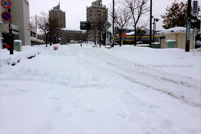 2月15日(土)朝の「三徳プラザ前」バス停付近の積雪状況
