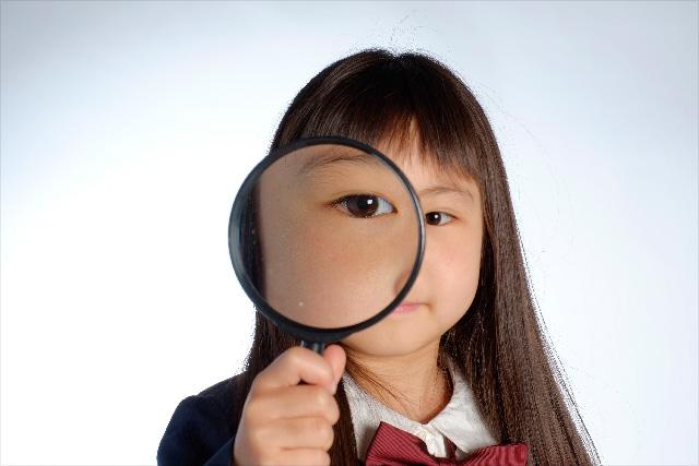 虫眼鏡の少女.jpg